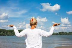 Yoga di pratica della donna maggiore immagini stock