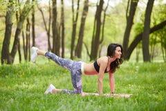 Yoga di pratica della donna matura fotografia stock