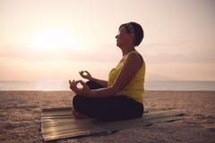 Yoga di pratica della donna matura Fotografie Stock
