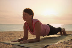 Yoga di pratica della donna matura nel parco Immagini Stock Libere da Diritti