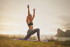 Yoga di pratica della donna muscolare Immagini Stock