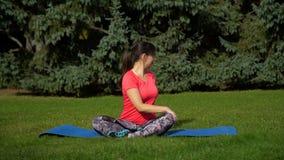 Yoga di pratica della donna nel parco stock footage