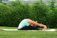Yoga di pratica della donna nel parco Immagine Stock Libera da Diritti