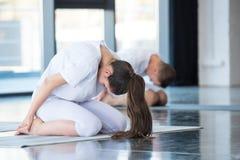 Yoga di pratica della donna nella posa Balasana del bambino Fotografia Stock Libera da Diritti