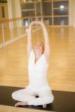 Yoga di pratica della donna nella posa rilegata ascendente del dito Fotografie Stock
