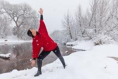 Yoga di pratica della donna in neve Fotografia Stock Libera da Diritti