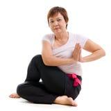 Yoga di pratica della donna senior asiatica Fotografia Stock