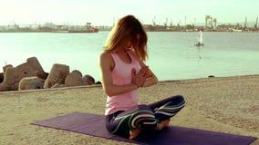 Yoga di pratica della donna sulla spiaggia stock footage