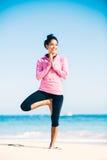 Yoga di pratica della donna sulla spiaggia immagine stock