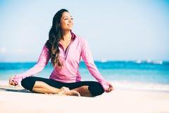 Yoga di pratica della donna sulla spiaggia fotografia stock libera da diritti