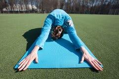 Yoga di pratica della donna in un parco Immagini Stock