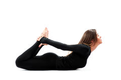 Yoga di pratica della donna in uno studio Immagine Stock