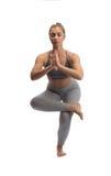Yoga di pratica della donna in uno studio isolato Fotografia Stock Libera da Diritti