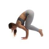 Yoga di pratica della donna in uno studio isolato su un bianco Fotografie Stock Libere da Diritti