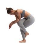Yoga di pratica della donna in uno studio isolato su un fondo bianco Immagine Stock Libera da Diritti