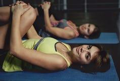 Yoga di pratica della gente Fotografie Stock