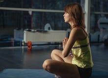 Yoga di pratica della gente Immagini Stock Libere da Diritti