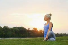 Yoga di pratica della giovane bella donna Fotografia Stock