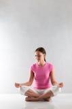 Yoga di pratica della giovane donna Fotografie Stock