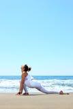 Yoga di pratica della giovane donna Fotografie Stock Libere da Diritti