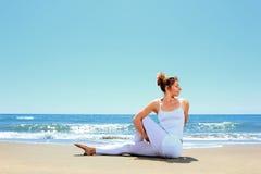 Yoga di pratica della giovane donna Immagine Stock Libera da Diritti