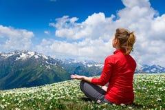 Yoga di pratica della giovane donna Fotografia Stock