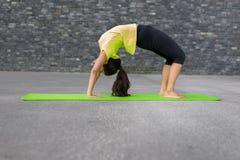Yoga di pratica della giovane donna Immagine Stock