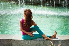 Yoga di pratica della giovane donna all'aperto Fotografie Stock