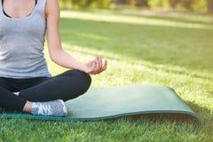 Yoga di pratica della giovane donna all'aperto al parco Immagini Stock Libere da Diritti