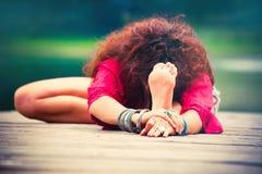 Yoga di pratica della giovane donna all'aperto dal lago Fotografia Stock Libera da Diritti