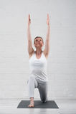 Yoga di pratica della giovane donna attraente all'interno Immagine Stock Libera da Diritti