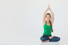 Yoga di pratica della giovane donna attraente Chiuda sul ritratto della donna attraente che si siede nel meditare la posizione su Fotografia Stock