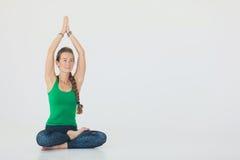 Yoga di pratica della giovane donna attraente Chiuda sul ritratto della donna attraente che si siede nel meditare la posizione su Immagini Stock