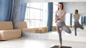 Yoga di pratica della giovane donna attraente video d archivio