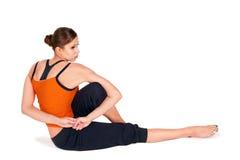 Yoga di pratica della giovane donna attraente di misura Fotografie Stock