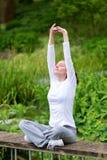 Yoga di pratica della giovane donna attraente in un parco Fotografie Stock