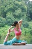 Yoga di pratica della giovane donna cinese esterna Immagine Stock Libera da Diritti