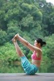 Yoga di pratica della giovane donna cinese esterna Fotografia Stock Libera da Diritti