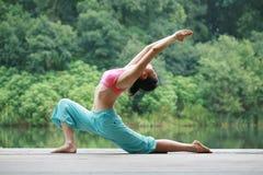 Yoga di pratica della giovane donna cinese esterna Fotografie Stock Libere da Diritti