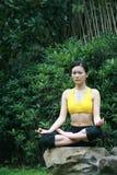 Yoga di pratica della giovane donna cinese esterna Immagini Stock Libere da Diritti