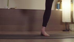 Yoga di pratica della giovane donna equilibrio stante della Un-gamba archivi video