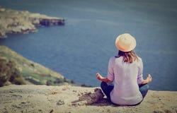 Yoga di pratica della giovane donna in natura del idyllyc fotografia stock
