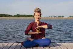 Yoga di pratica della giovane donna nella natura fotografie stock