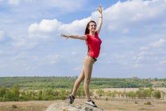 Yoga di pratica della giovane donna nelle montagne immagini stock libere da diritti