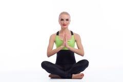 Yoga di pratica della giovane donna splendida che si siede sul pavimento Fotografia Stock Libera da Diritti