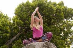 Yoga di pratica della giovane donna sulla natura Immagini Stock Libere da Diritti