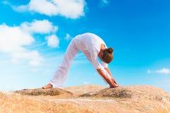 Yoga di pratica della giovane donna sulla roccia Immagine Stock Libera da Diritti