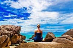 Yoga di pratica della giovane donna sulla roccia Fotografia Stock Libera da Diritti