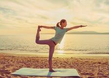 Yoga di pratica della giovane donna sulla spiaggia Fotografia Stock Libera da Diritti
