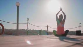 Yoga di pratica della giovane donna sulla spiaggia stock footage